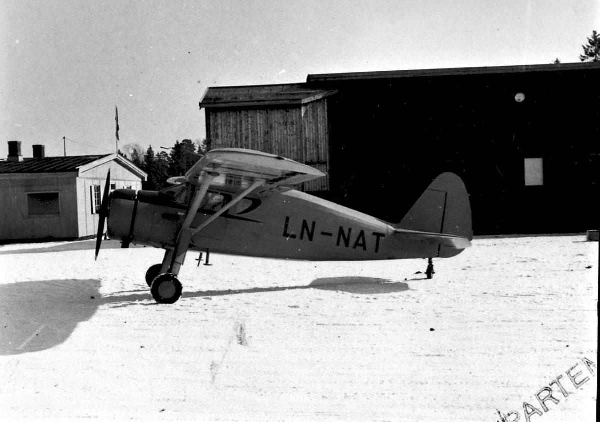 Lufthavn, 1 fly på bakken, Fairchild Argus II UC-61-A LDB 165 LN-NAT, fra Øyvind Ofstad, Oslo. Snø på bakken.