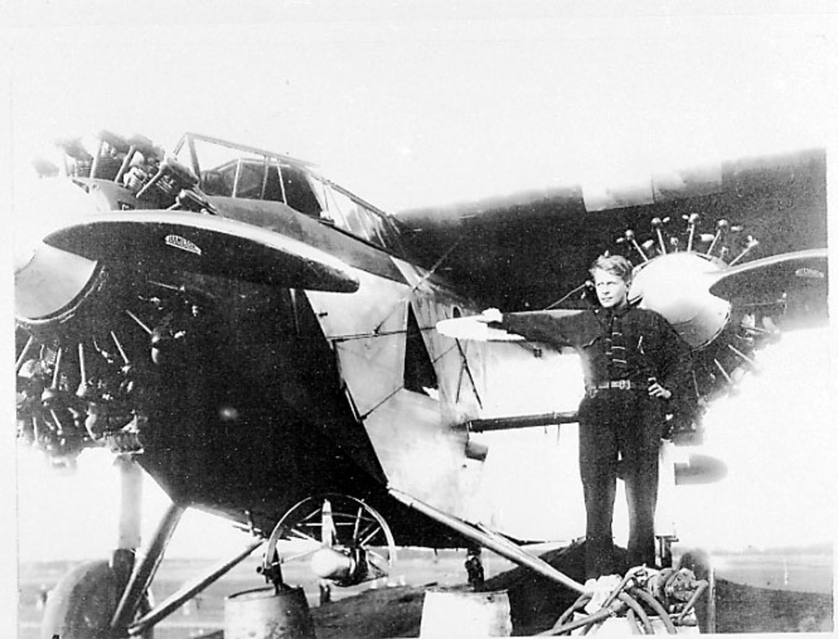 """1 fly på bakken, Fokker C-2 C-2A """"America"""" bruker Admiral Byrd. 1 person står ved den ene motoren. Tatt utendørs."""