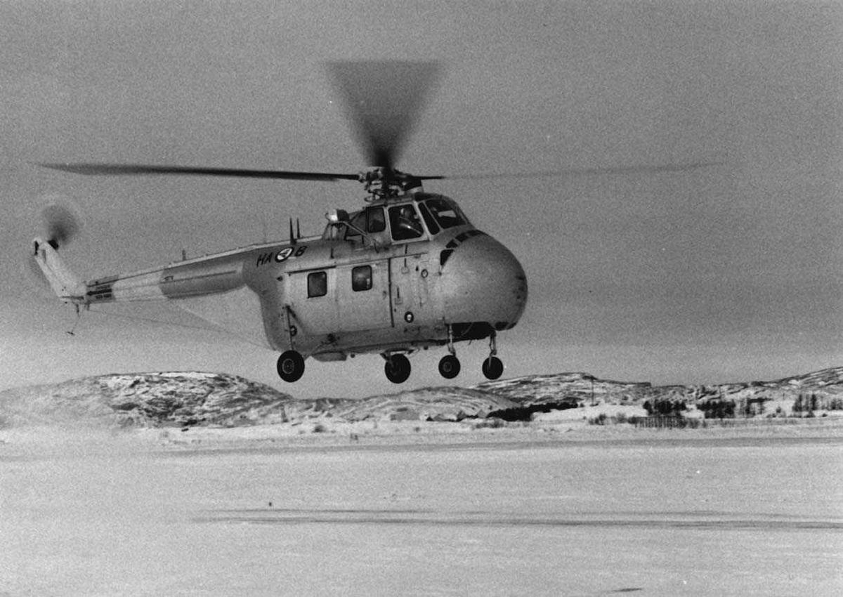 Lufthavn - flyplass. Ett helikopter Sikorsky H-19  Chickasaw HA-B like over bakken.