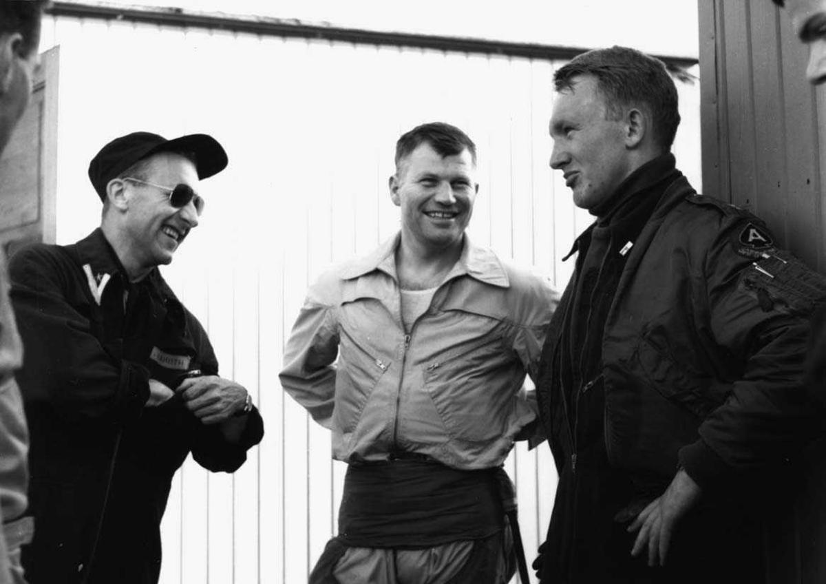 Gruppe.   Tre flygere i har en hyggelig samtale. Maj Aamodt, maj Sørensen fra venstre.
