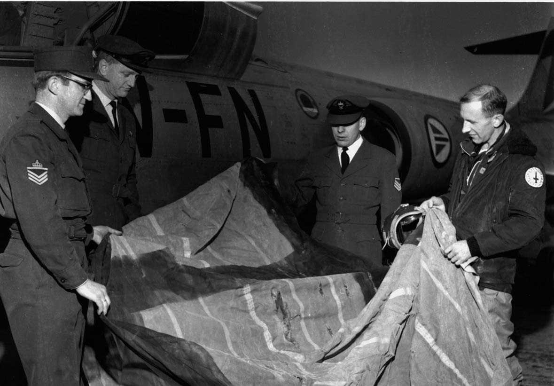 Lufthavn-flyplass.   En flyger Aamoth studerer et skytemål (Target) sammen med  tre teknikere  ved siden av et fly F-104G