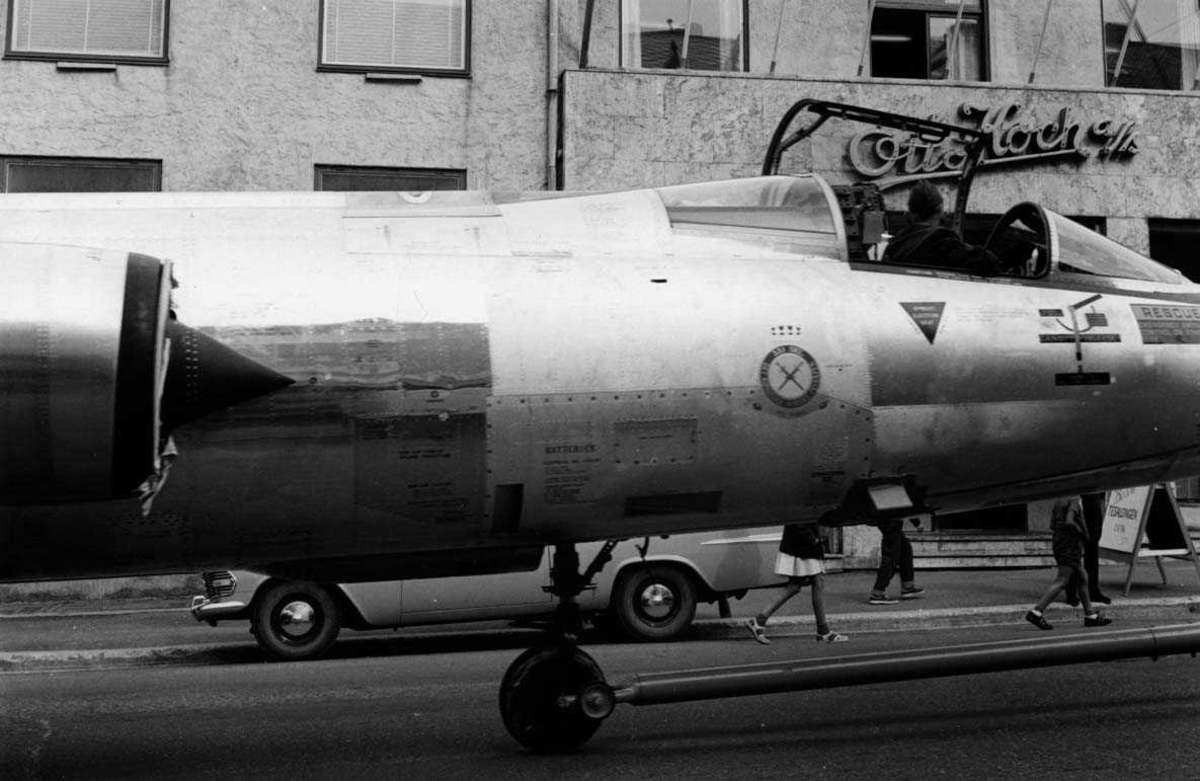 Ankomst.  F-104G taues gjennom Bodø by.