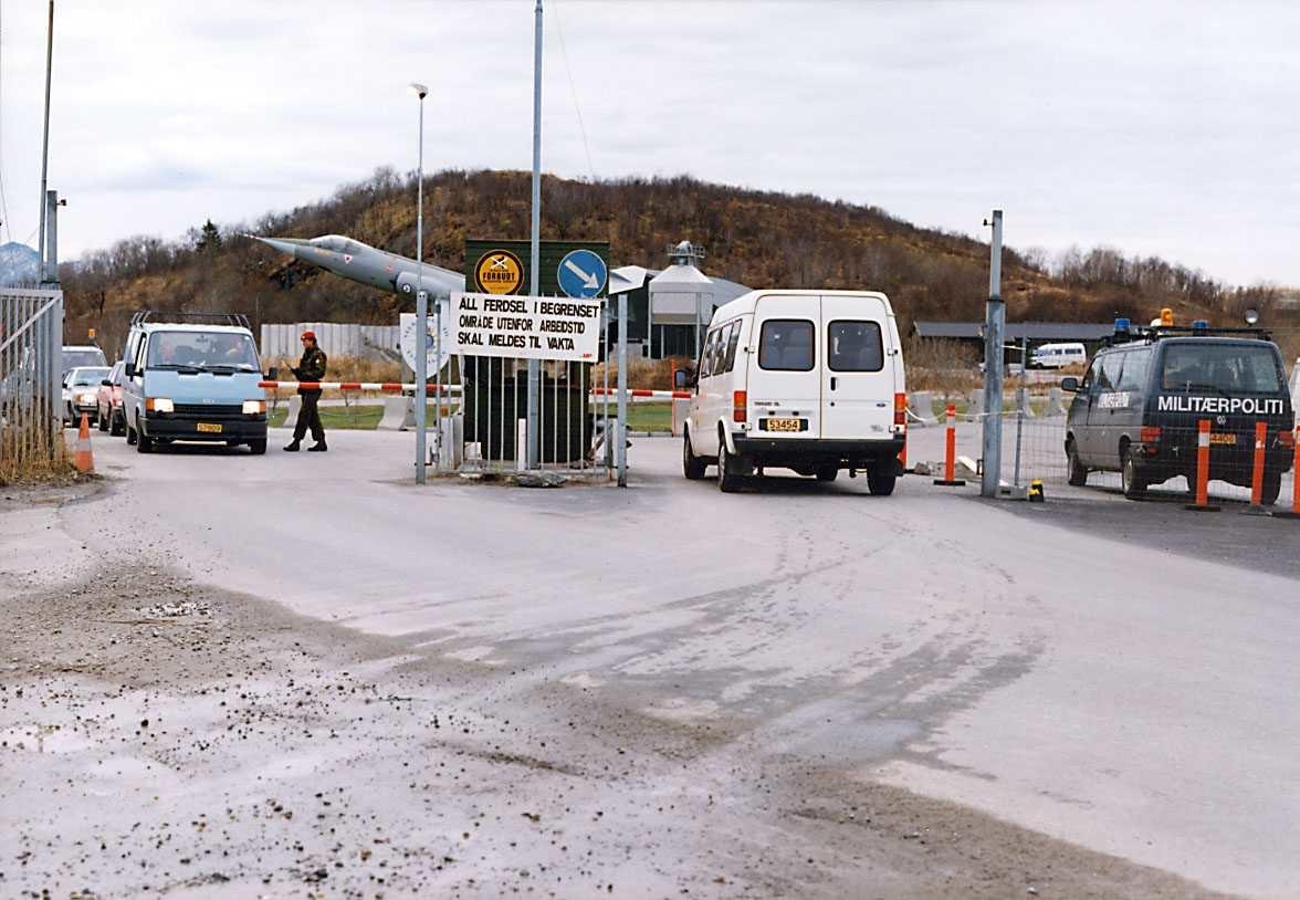 Bodø hovedflystasjon.   Adgangskontroll i hovedport.