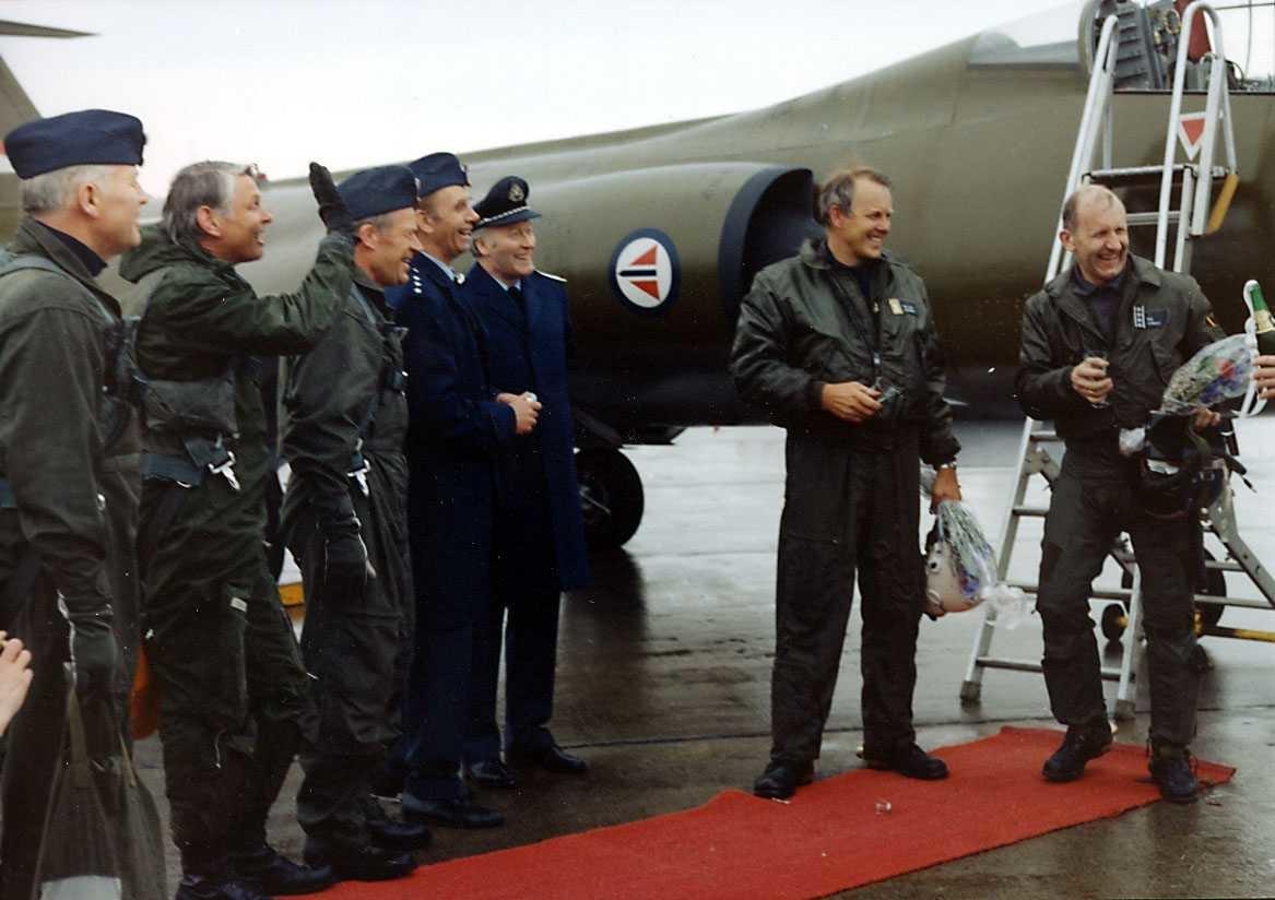 Lufthavn-flyplass.  Syv offiserer ved siden av en CF-104.