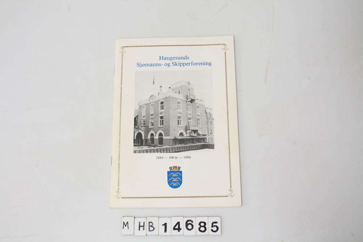 """""""Haugesunds Sjømanns- og Skipperforening"""". 40 sider. Stiftet sammen. Gitt ut ved 100 års jubileet til Haugesunds Sjømanns- og Skipperforening. Omhandler foreningens historie."""