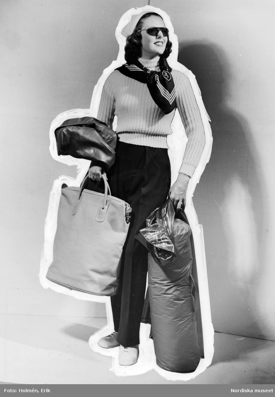 Handbagage Två Väskor : Modell i vit stickad tr?ja byxor med pressveck vita