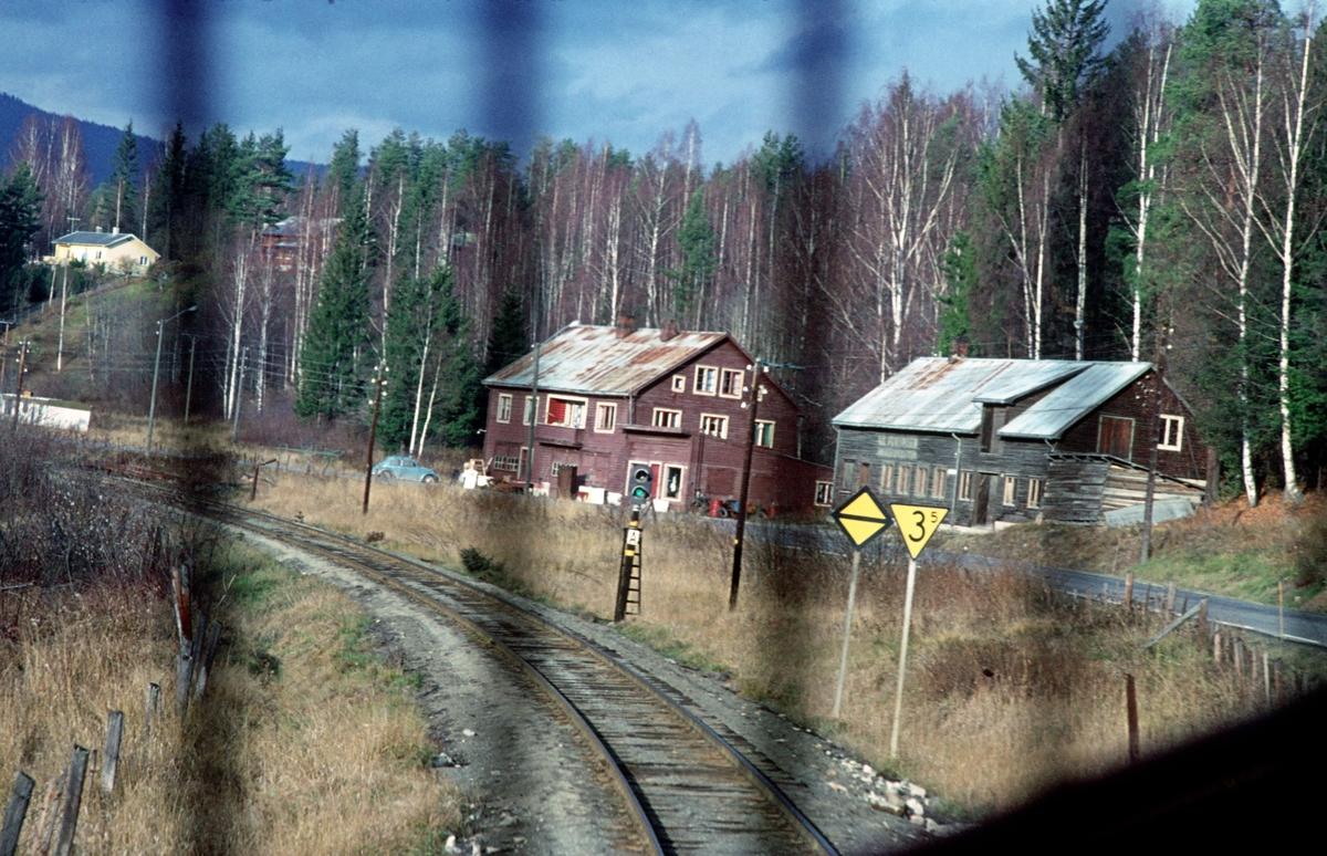 Innkjøring til Dokka stasjon, sett fra lokomotivet. Enkelt innkjørsignalapparat A viser kjørsignal.