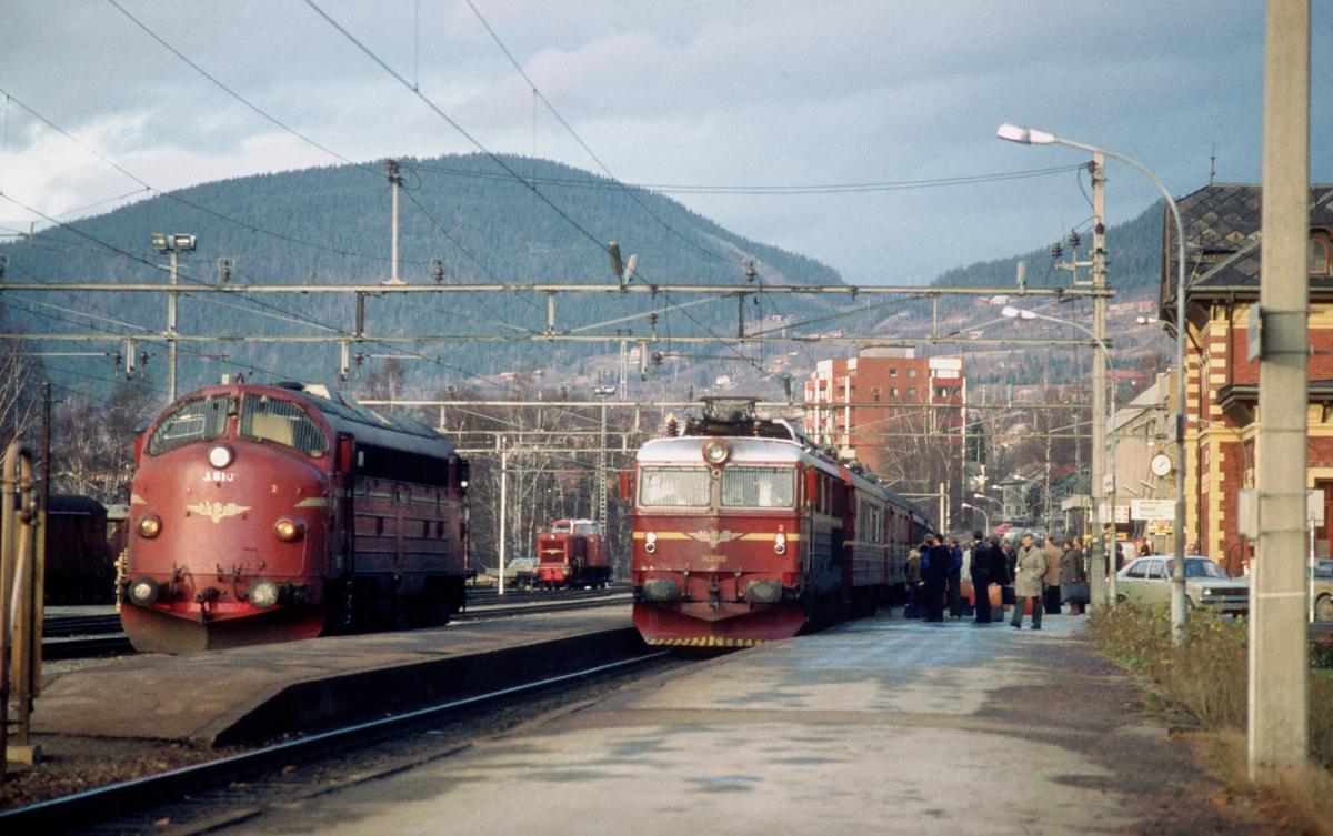 Lillehammer stasjon. NSB ekspresstog 42 Trondheim - Oslo Ø med elektrisk lokomotiv El 14 2189 kjører inn i spor 1. I spor 2 står dieselelektrisk lokomotiv Di 3 610 som skal gå som ekstra forspannslokomotiv i tog 5702, kistoget Hjerkinn - Sarpsborg, til Stange, slik at dette toget får nok trekkraft opp til Rudshøgda og Stange. I bakgrunnen skiftemaskinen på Lillehammer, en Di 2.
