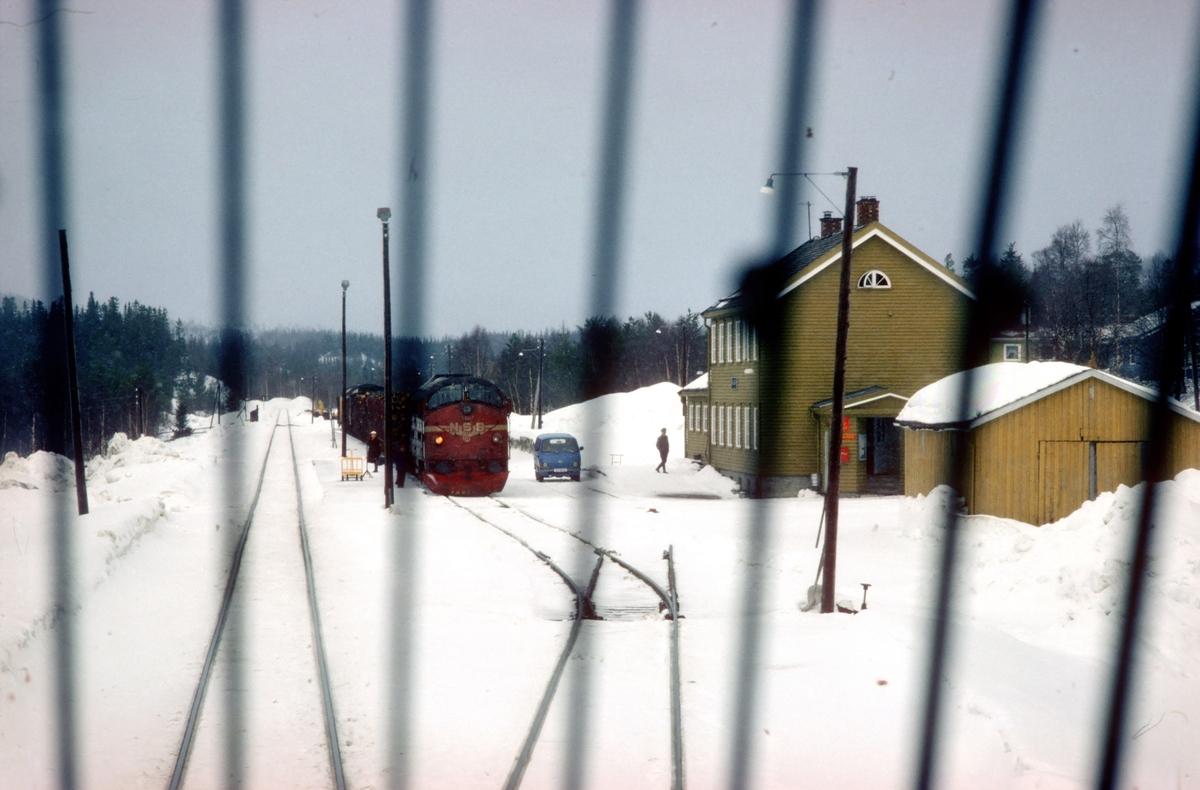 Kryssing i Majavatn stasjon mellom Ht 451 og Gt 5772. Sett fra lokomotivet i tog 451.