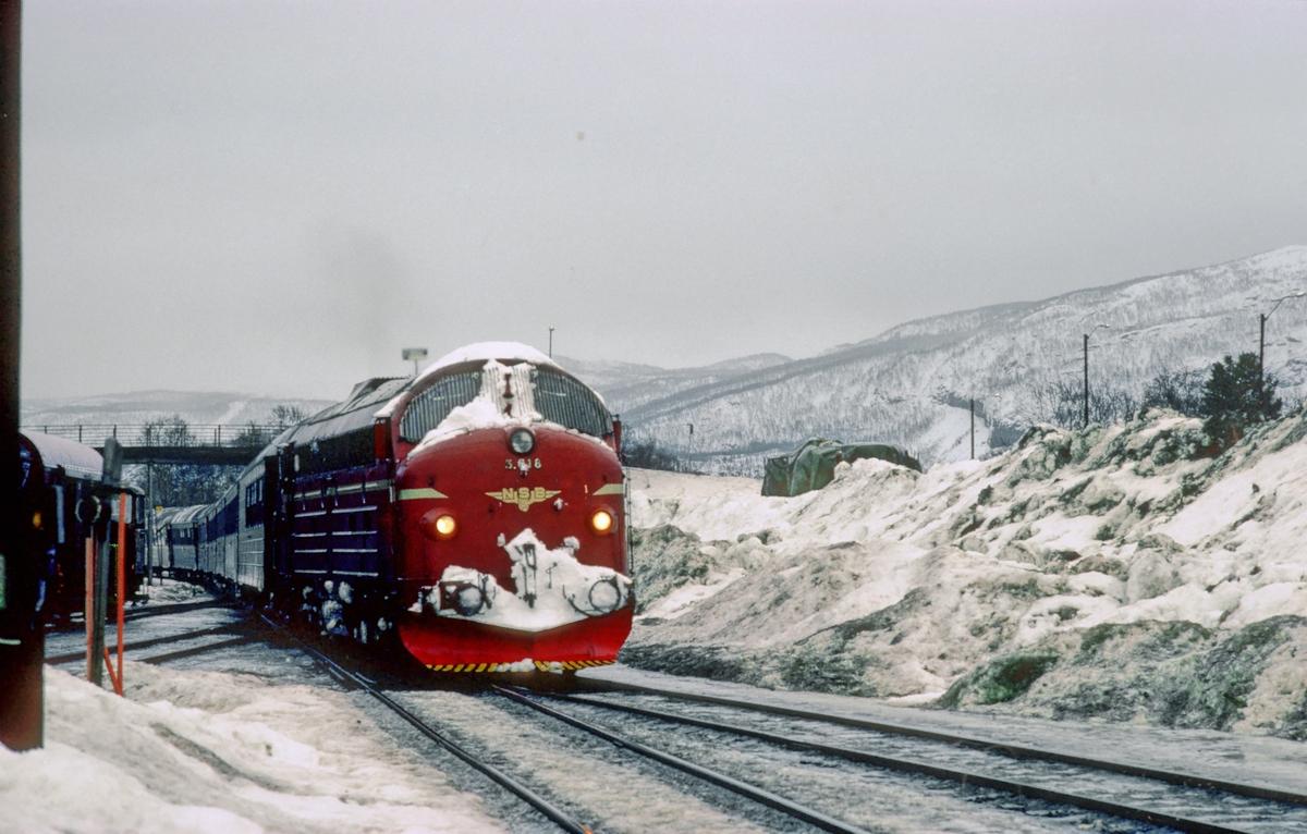 Natthurtigtog 455 Trondheim - Bodø kjører inn på Fauske stasjon. Kryssing med tog 452.