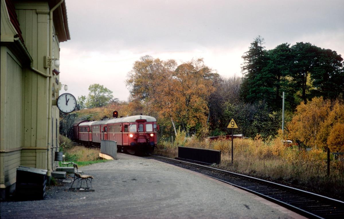 Persontog 435 til Steinkjer passerer Charlottenlund holdeplass. NSB dieselmotorvogner type 86, med BM 86F 57 først.