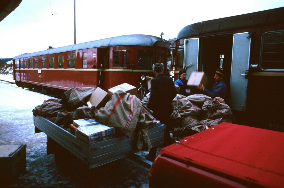 Lemping av post fra tog 371., motorvogna Hamar -Røros på Alvdal stasjon. Toget var postførende og hadde betjent postekspedisjon i styrevogna. Motorvogntype 86 og 91.