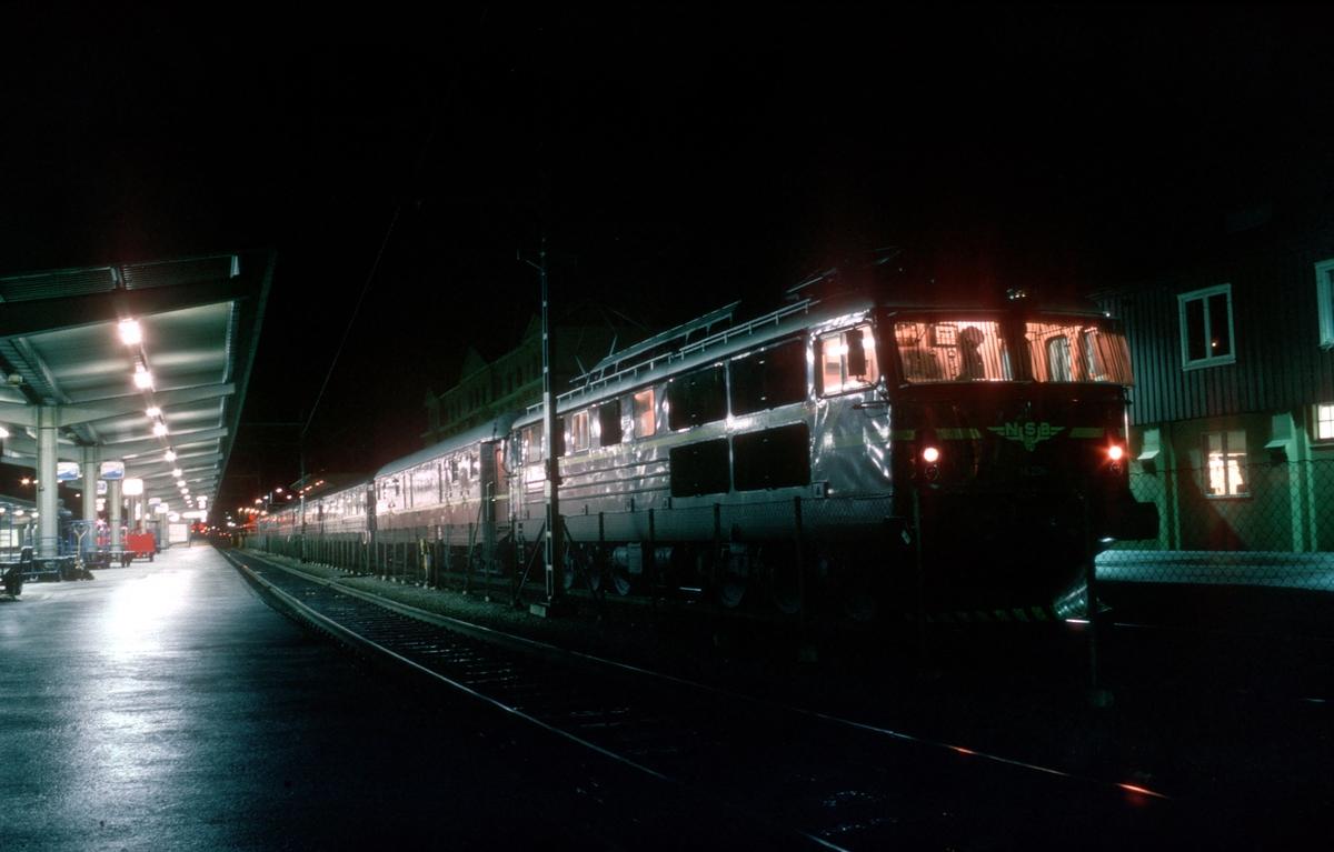 NSBs natthurtigtog Trondheim - Oslo Ø over Dovre, Ht 406, før avgang fra Trondheim. Elektrisk lokomotiv type El 14.