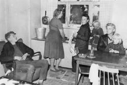 En familj i Fuglie år 1965. Mor diskar och sonen torkar disk