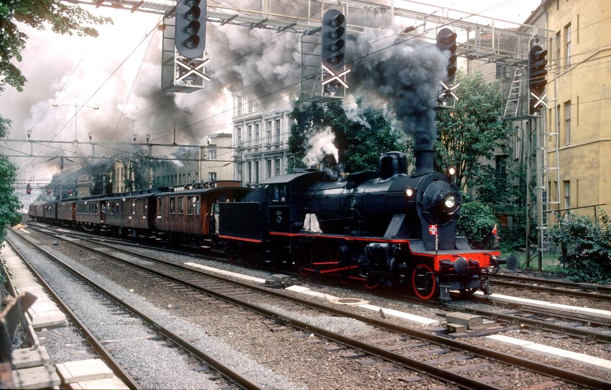 Ekstratog i anledning jernbanens 125 års jubileum, Oslo - Eidsvoll kjører ut fra Oslo Ø. Damplokomotiv 24b 236.