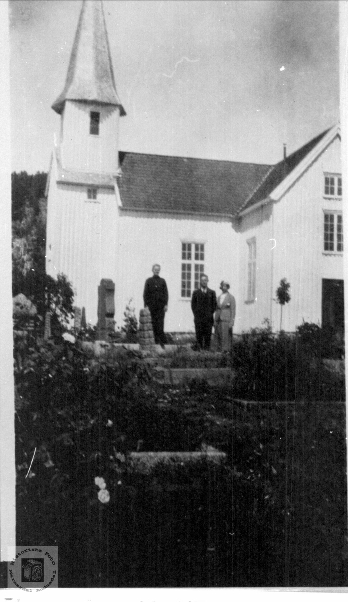 Norsk-amerikanere besøker heimekirka og kirkegården. Oscar O. og Maiken Birkeland.