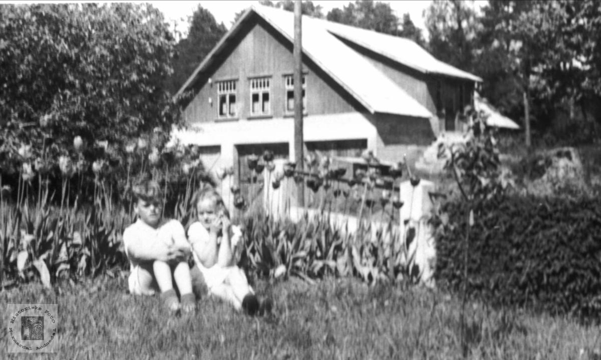 Finn og Grete Skuland i hagen.