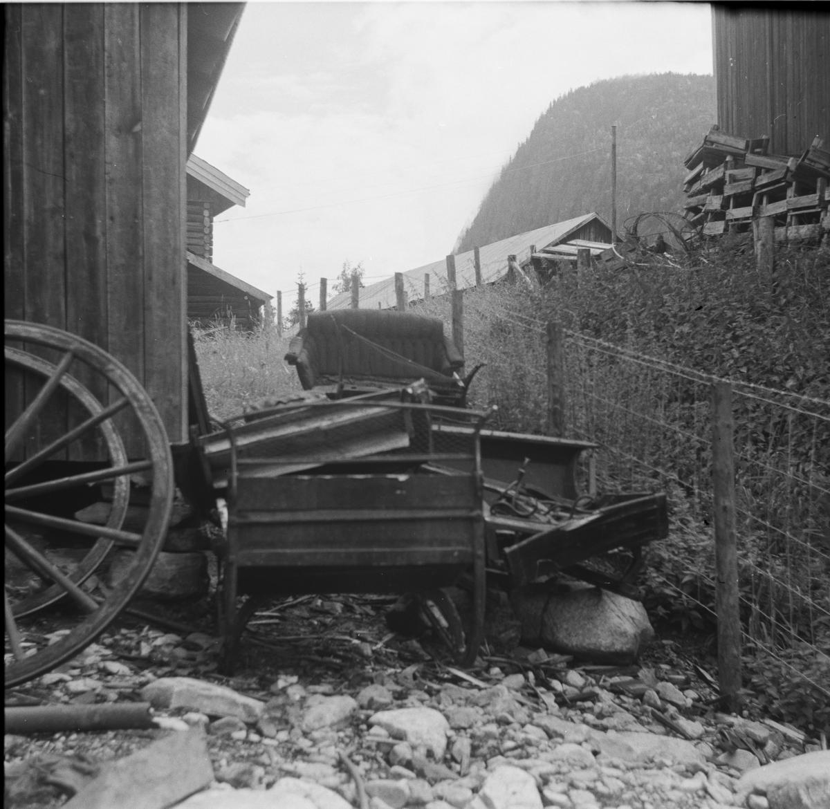 Rester av gamle sleder henslengt nær Nesbyen stasjon.