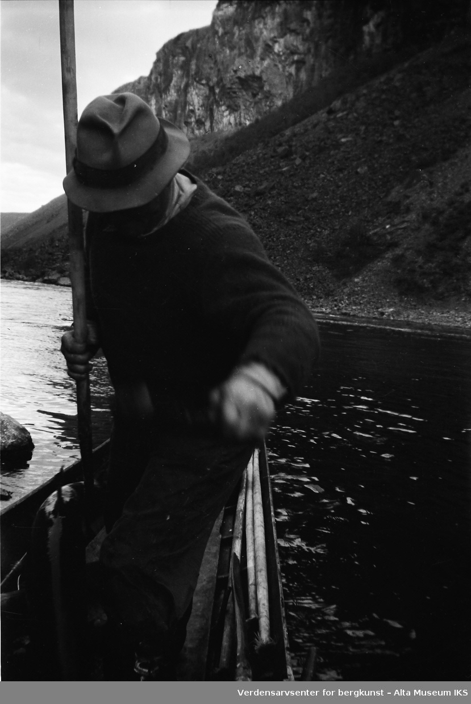 Henry Tangen står i elvebåten.Bildet er tatt i fiskesesongen på sommeren i 1949.