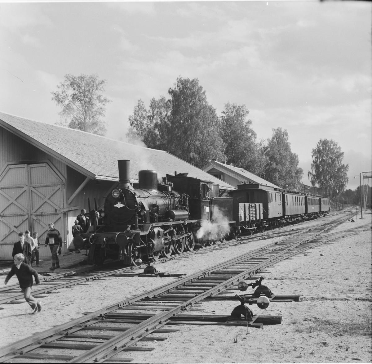 A/L Hølandsbanens veterantog på Krøderen stasjon. Toget trekkes av damplok 18c 245.