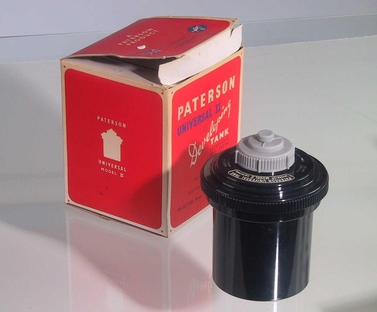 Sylinderformet tank med påskrudd lokk.