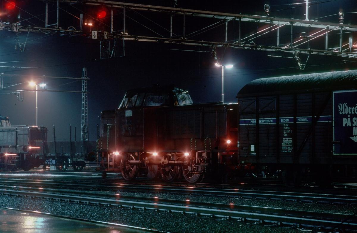 Skifting på Trondheim stasjon. To lokomotiver av NSB type Di 2. Godsvogn med reklame for Adresseavisen. Avisens papir gikk i bestemte vogner fra Skogn (Fiborgtangen) til Heimdal.