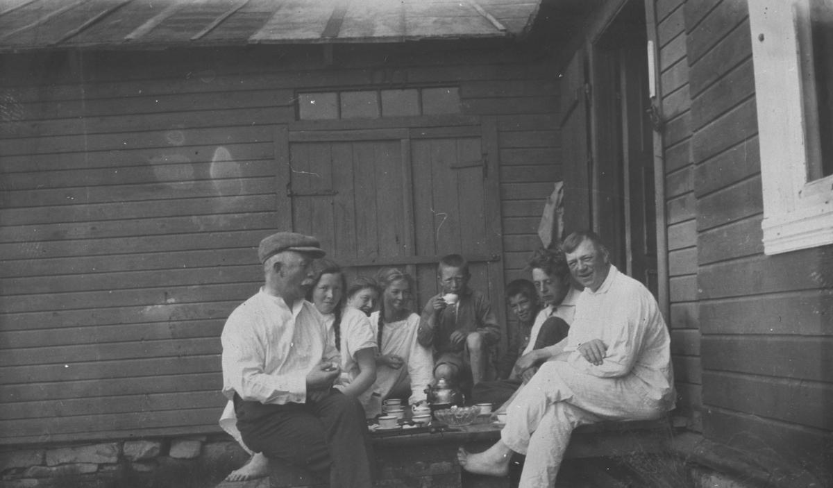 """Morgenkaffe på trappa på familien Hermansen sin hytte """"Støkke"""". Fra venstre Ludvig Hermansen, nr.2 datter Birgit og nr. 5 sønn Johan Ludvig."""