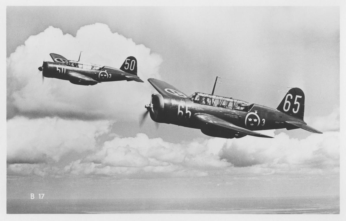 Två flygplan B 17 från F 3 Östgöta flygflottilj i luften. Vykort.