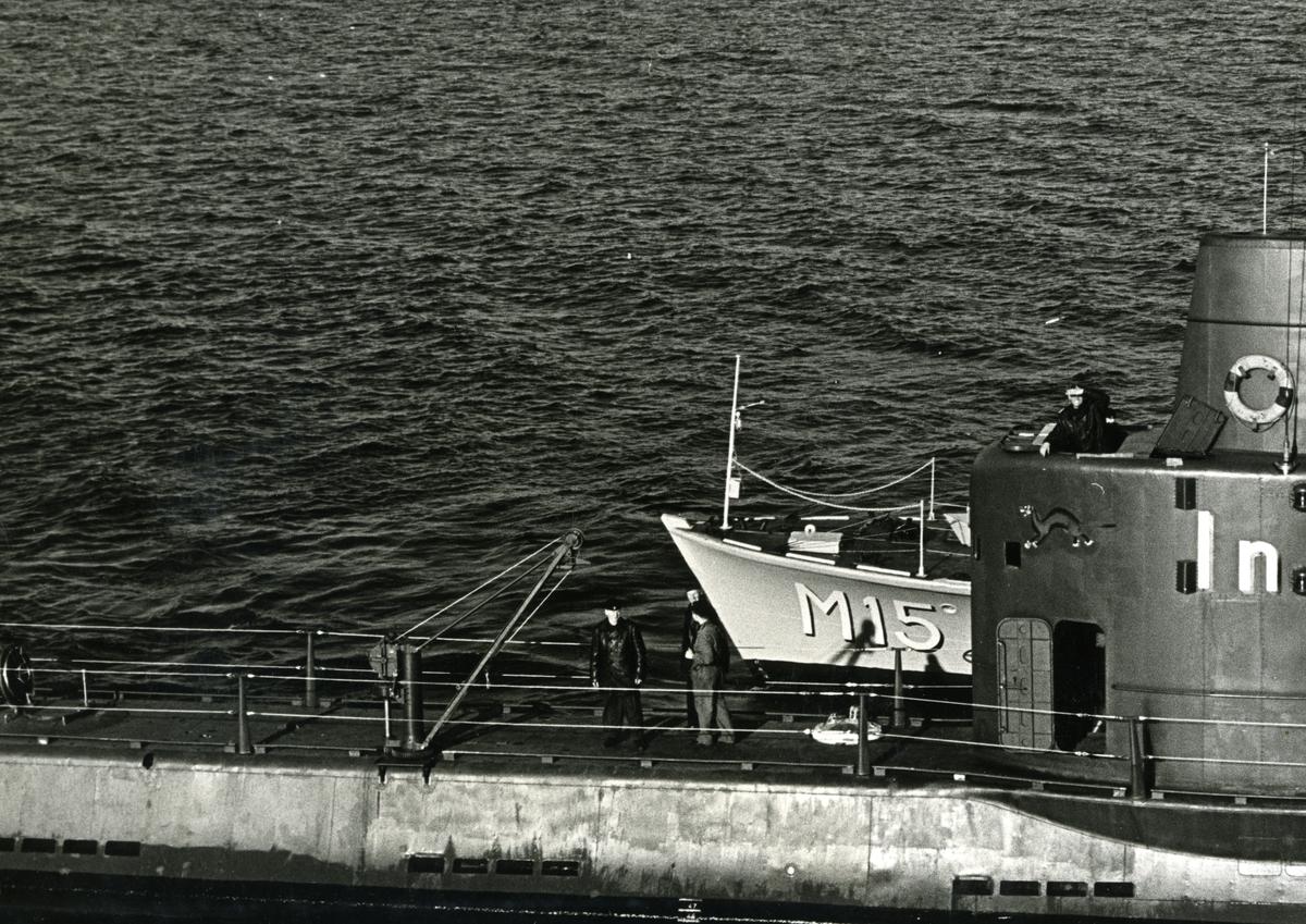 Minfartyg M15 intill U-båten Illern tagits från helikopter.