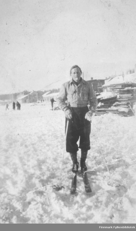 Fritz Ebeltoft på ski i Kirkenes ca. 1947-1948