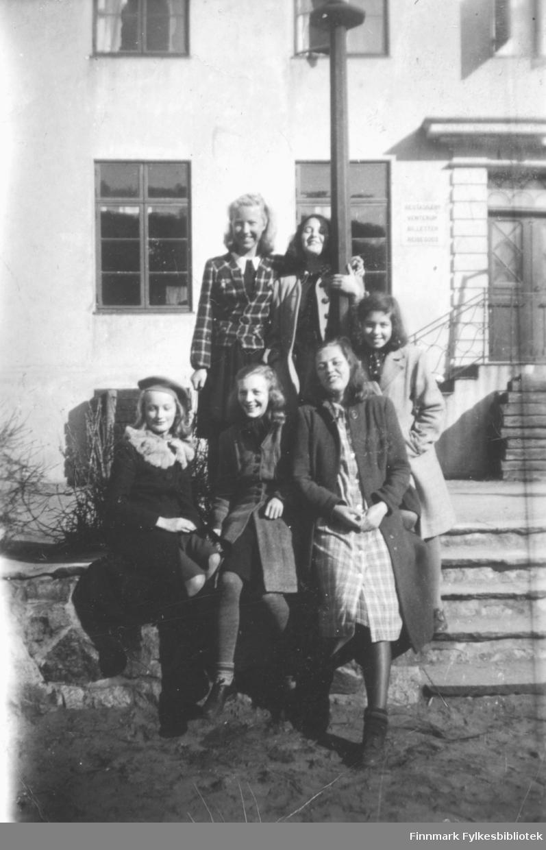 Jenteflokk fotografert i Kragerø i 1944