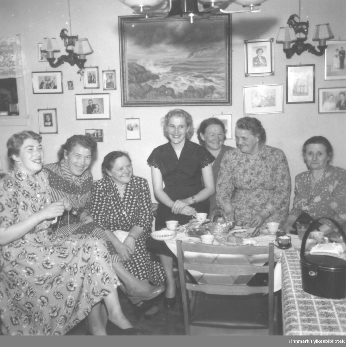 Bursdagsfeiring hos Svanhild Kvam, antakelig ca. 1965, mange kvinner samlet til hyggelig lag. På stueveggen familiefotografier og et stort maleri