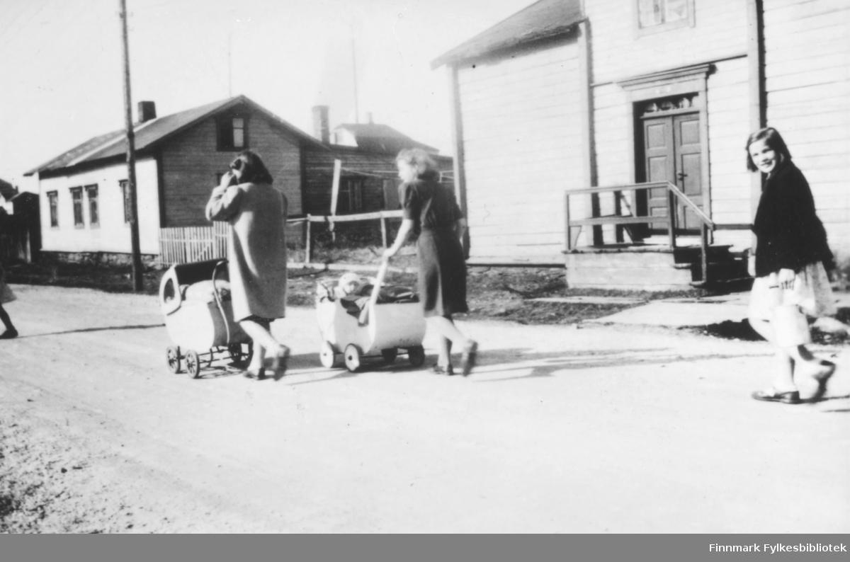 Barnepiker i Slettengata en sommerdag 1945-1946. Foran går Ragnhild Kvam og Aud Isaksen. Bak Bjørg Kvam som bærer et spann. Huset lengst fra kamera tilhørte familien Marki, nærmest kamera familien Dørmenens hus