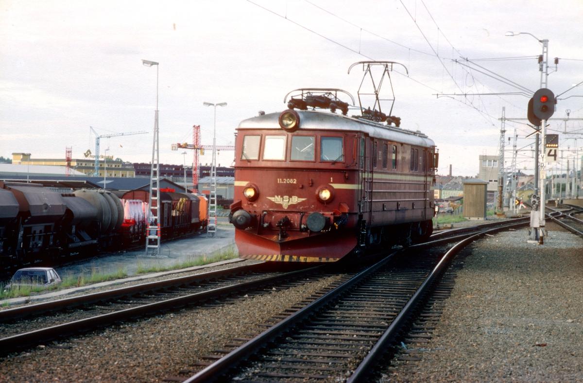 NSB elektrisk lokomotiv El 11 2082 i Trondheim, etter å ha trukket ekspresstog fra Oslo S. El 11 ble noen ganger benyttet i togparet 45 og 46, ekstratog som gikk om sommeren. El 11 var litt i minste laget for disse togene, men hadde gode kurveegenskaper.