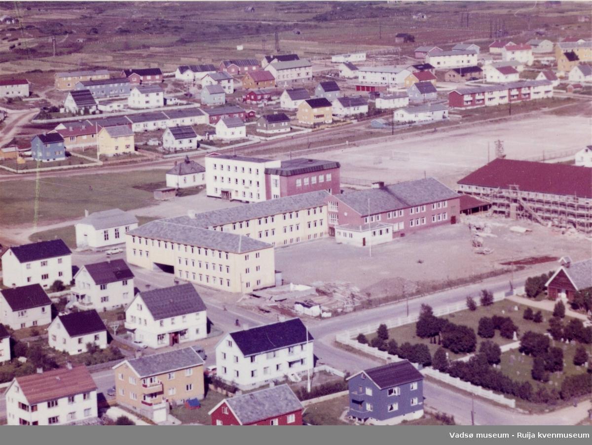 Flyfoto av Vadsø, sentrum skole og kirkegården, 1953.