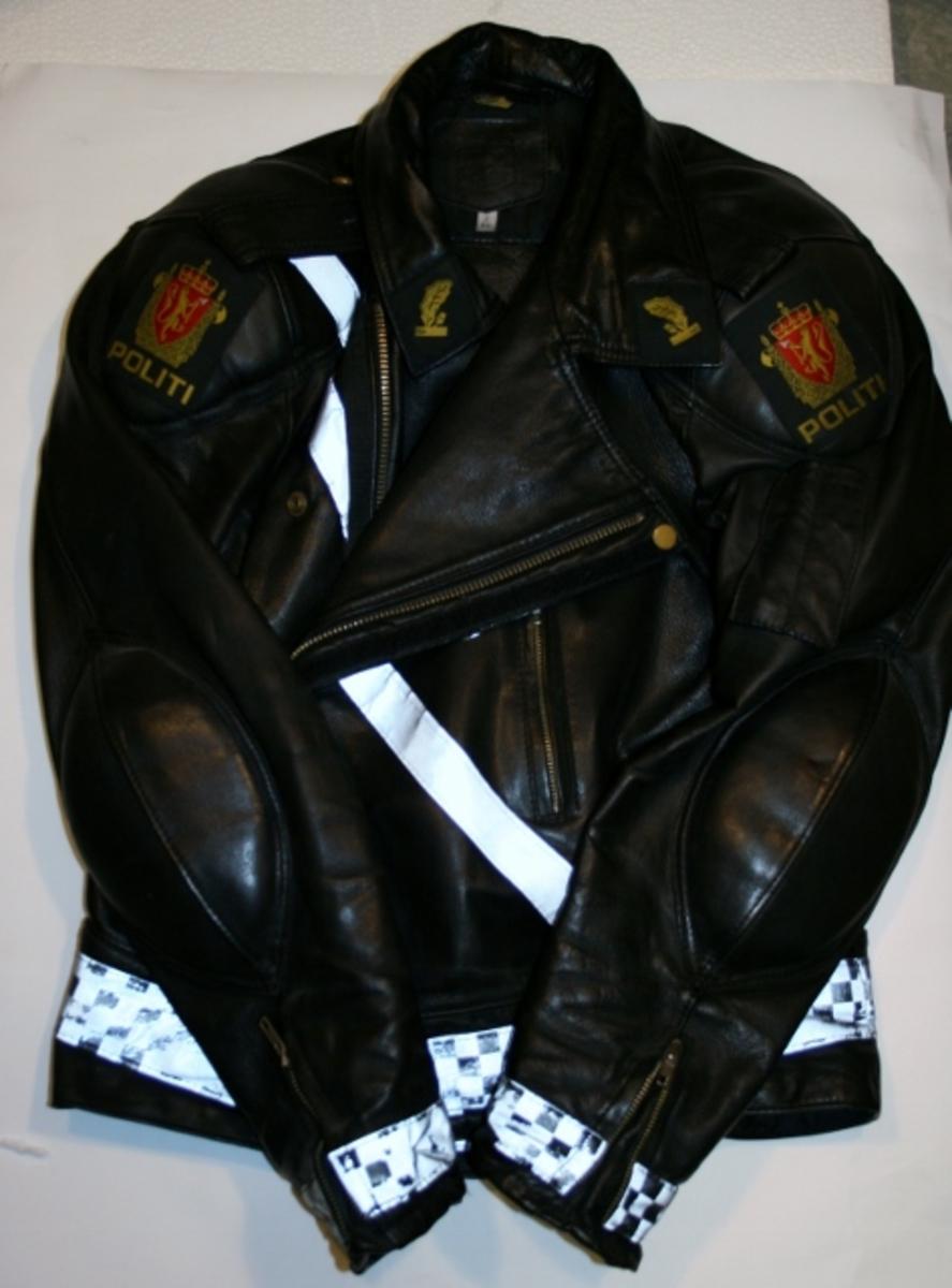 Motorsykkeldrakt med polstring på knær og albuer. Bukse og jakke med distinksjoner for førstebetjent