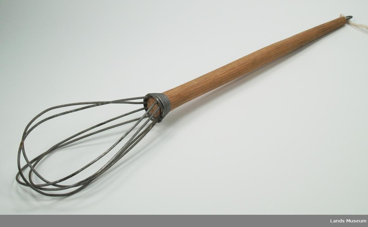 Visp av ståltråd med skaft av tre. Krok til oppheng på enden av skaftet.