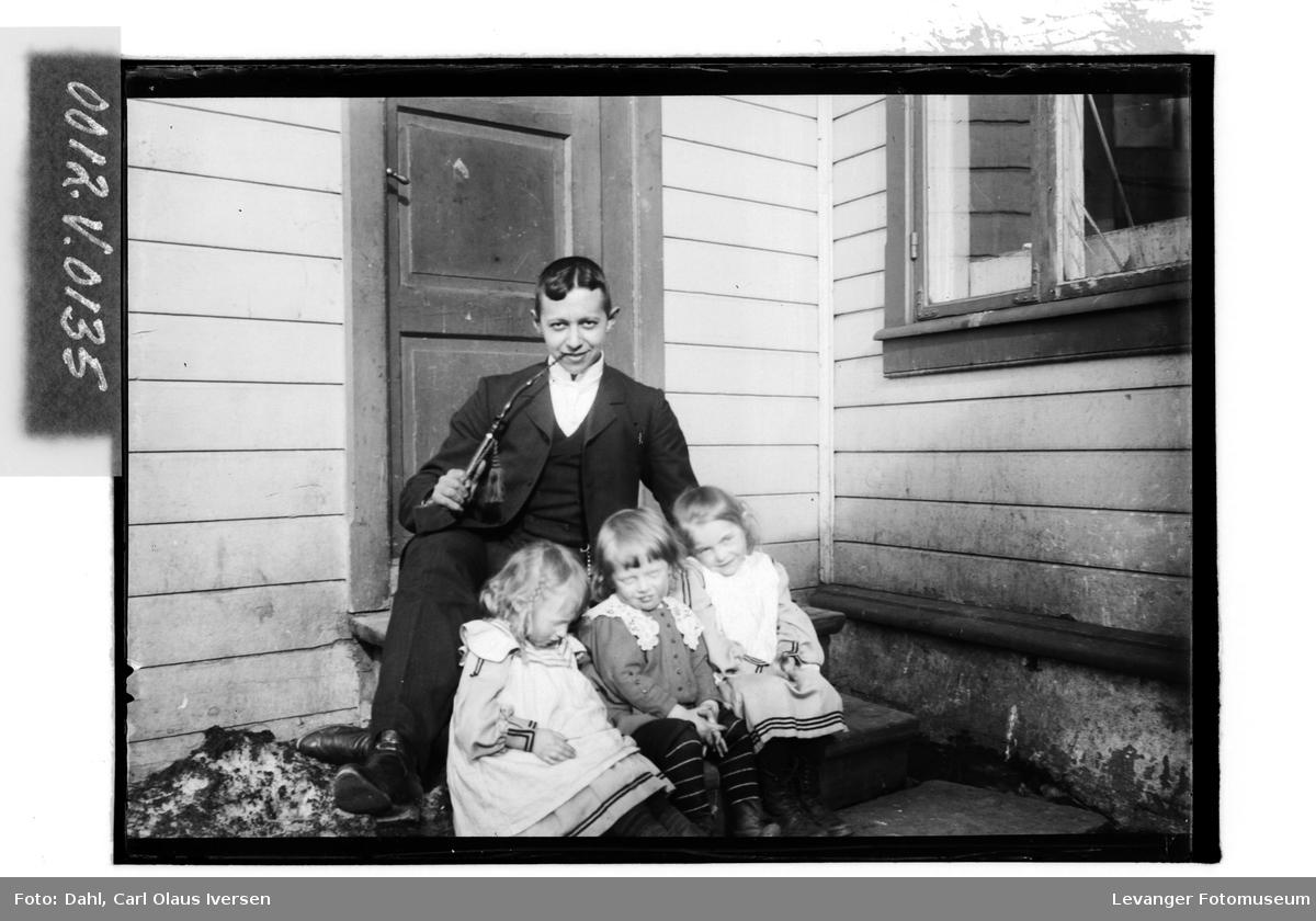 Fredrik A.H. Dahl med tre barn