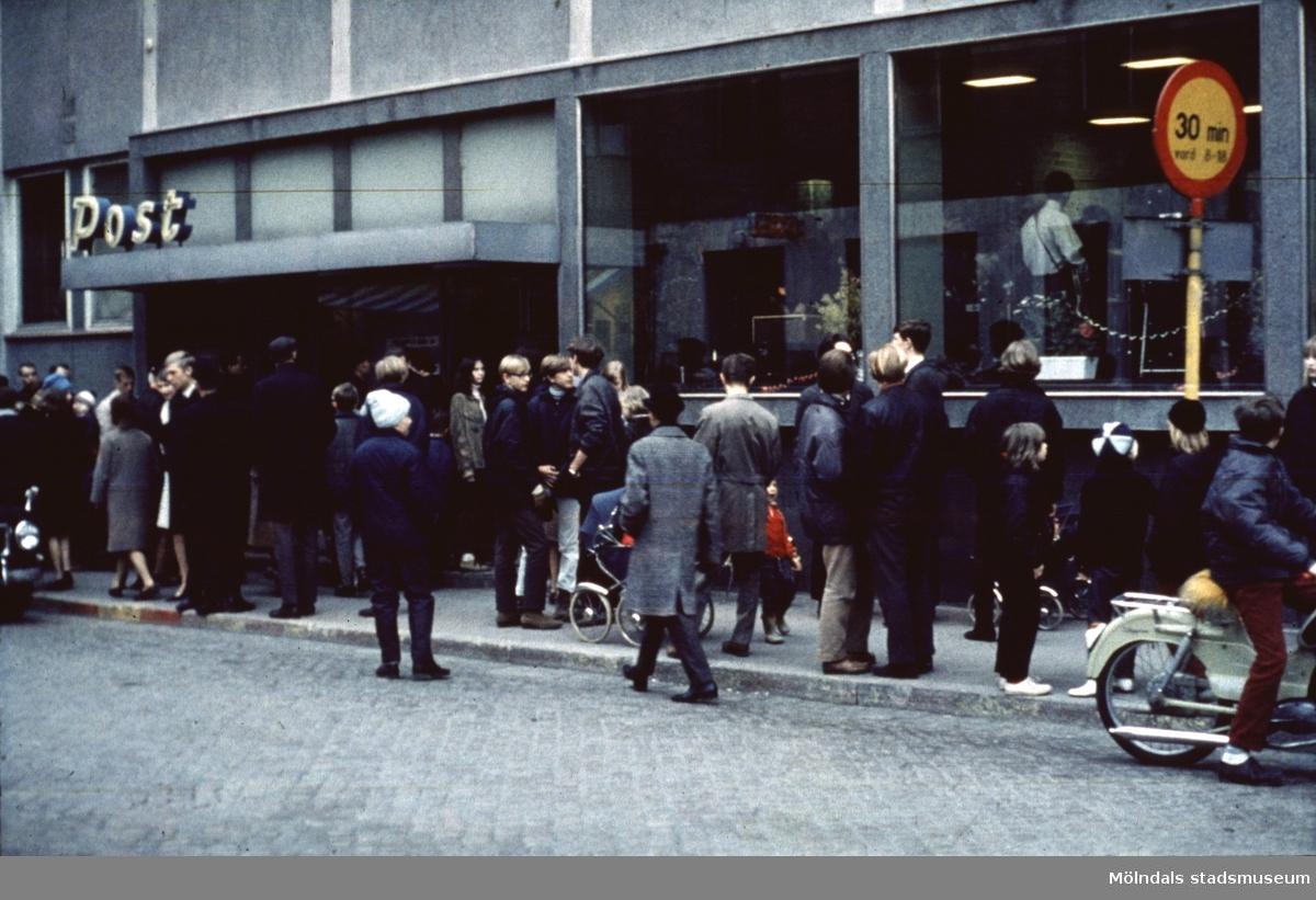 Folksamling utanför postkontoret på Frölundagatan i Mölndal, 1970-tal.