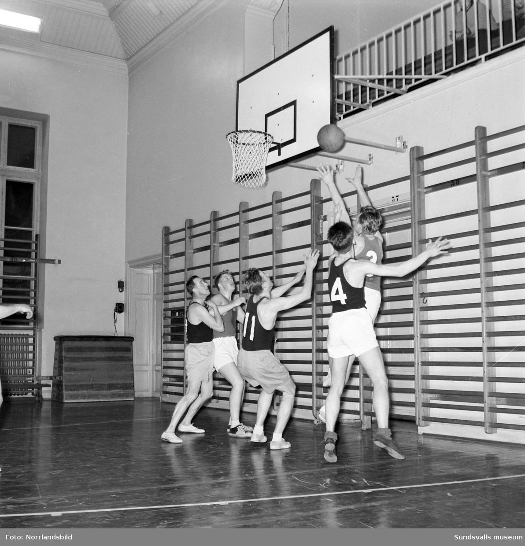 Basketmatch i läroverkets (Hedbergska) gymnastiksal, Handels-Tele. Spel- och lagbild.