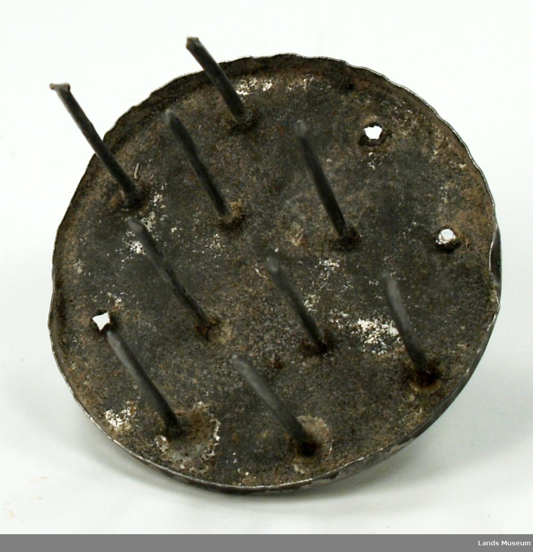Har opprinneleg hatt 12 tinder, 3 stk mangler.  Vart brukt til prikking av kjels ved baking.
