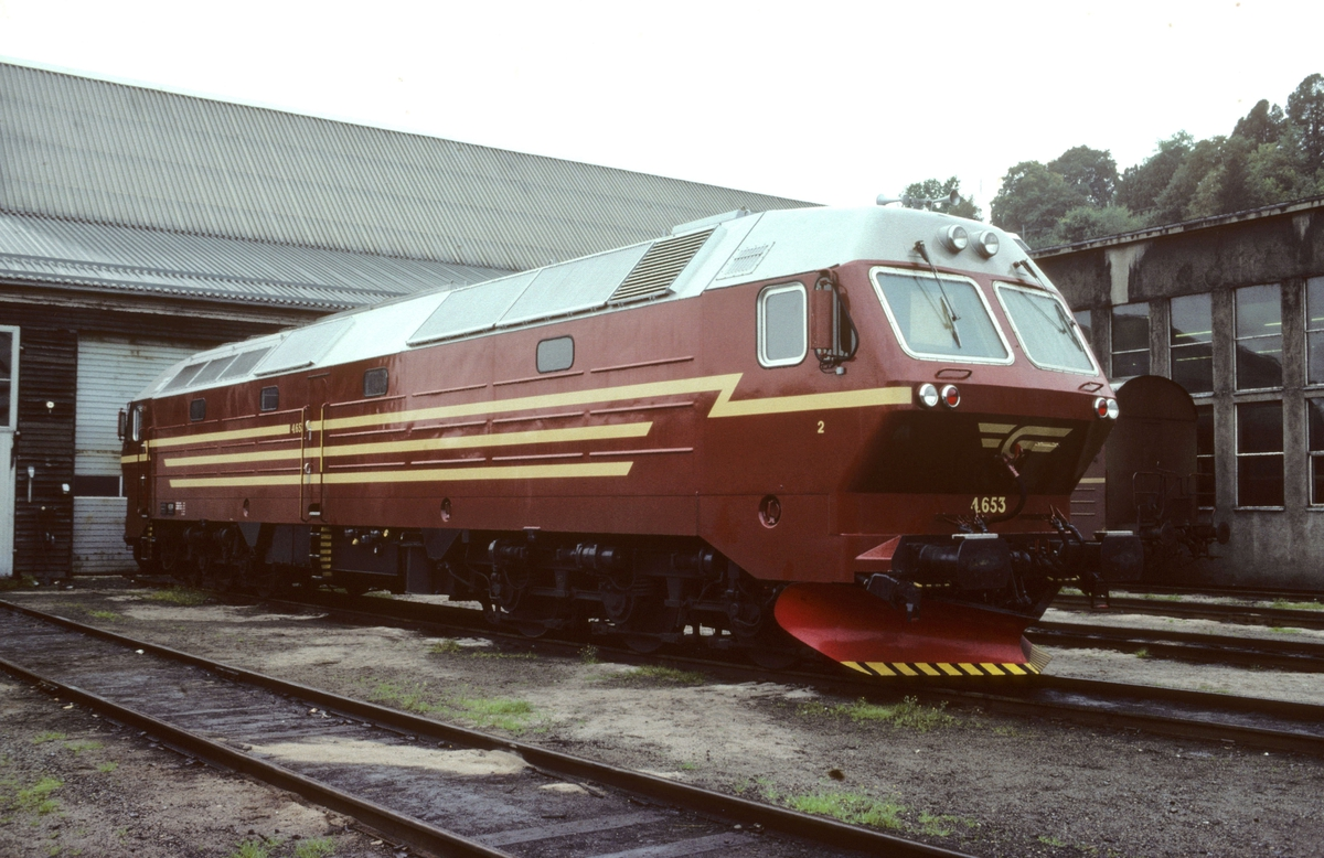 NSBs nye dieselelektriske lokomotiv Di 4 653 utenfor lokomotivstallen på Marienborg.