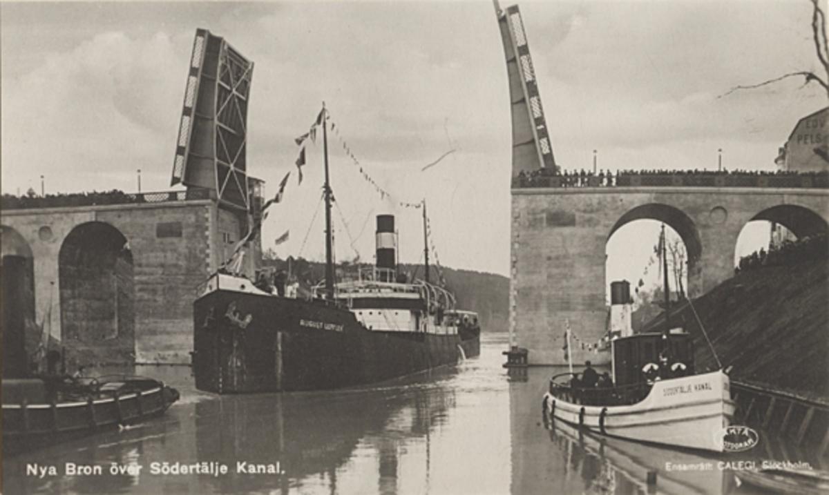 Lastångfartyget AUGUST LEFFLER av Göteborg passerar genom den nya klaffbron över Södertälje kanal den 1.11.1924. T. h. på fotot synes bogserbåten SÖDERTÄLJE KANAL (ej reg.).