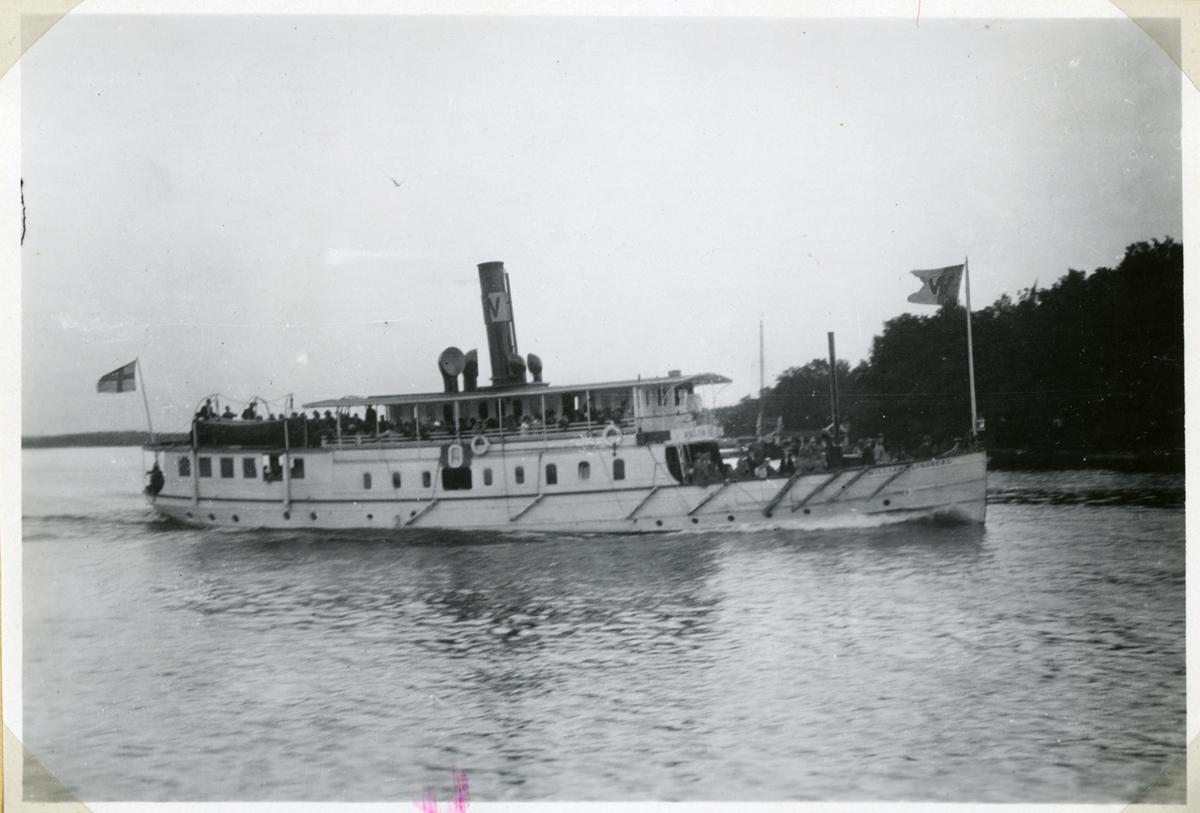 Foto sommaren 1924. Fartyget på ingående mot Stockholm och skall snart gå in i Granholmshålet som sundet mellan Granholmarna kallas.