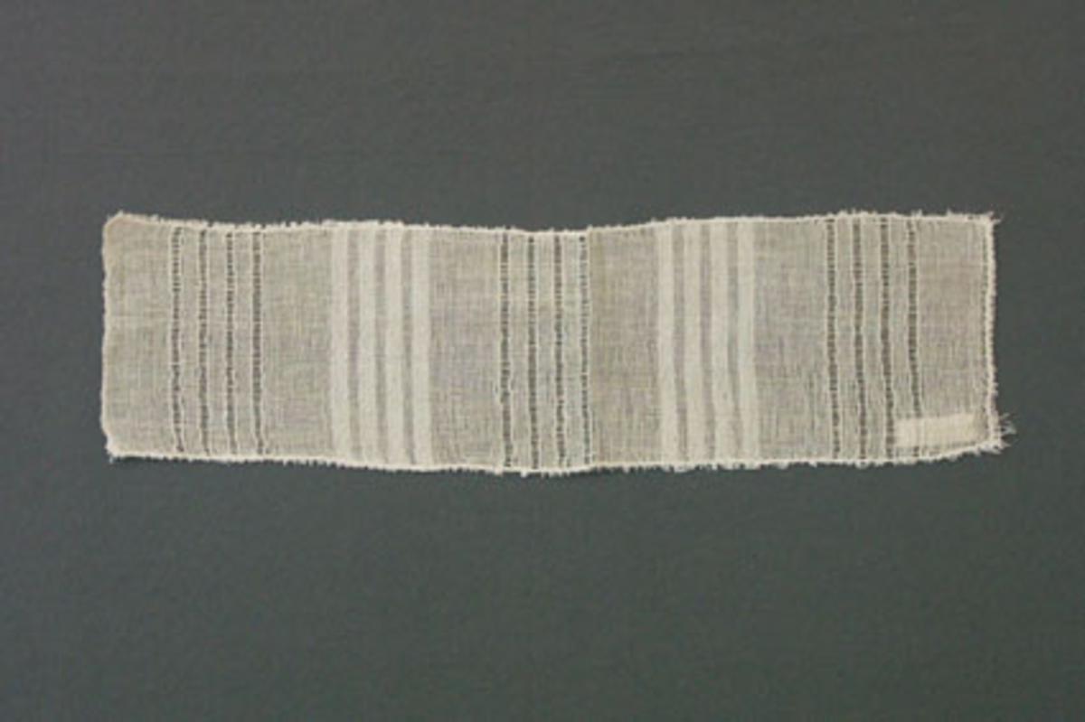 Prov till gardin vävd i tuskaft och stramaljbindning. Provet har lingarn i varp och inslag.