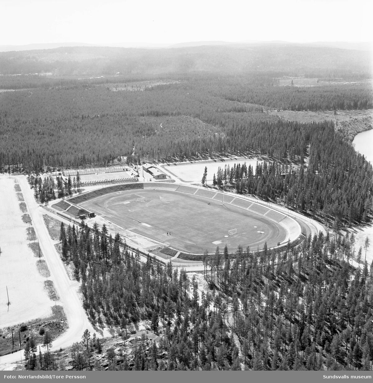 """Flygfoton över Timrå Idrottsplats, den så kallade """"Grytan"""" i Sörberge."""