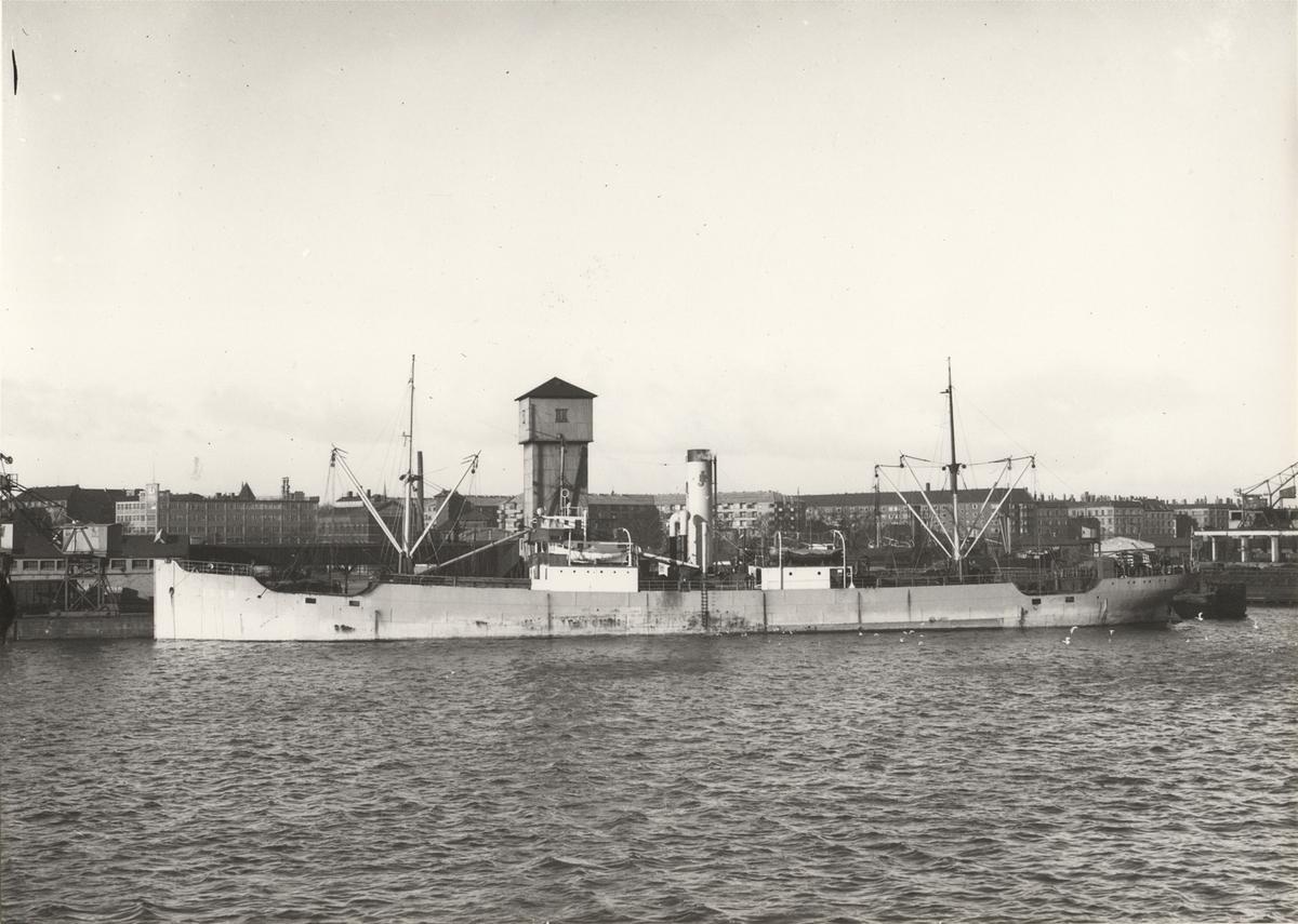 """Foto i svartvitt visande lastångfartyget """"JOHN"""" i Köpenhamn."""