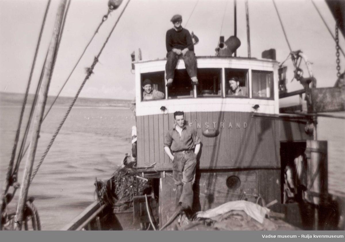 Båten Stenstrand ant. på Lofotfiske i 1952. På rorhustaket: Arvid Mentujærvi, Venstre vindu: Karl Mettio, foran rorhus: Alf Herstrøm  Høyre vindu: Alfred Bietilæ