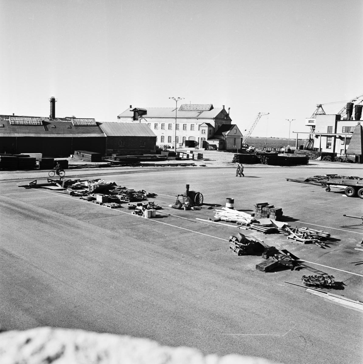 Övrigt: Foto datum: 9/9 1966 Byggnader och kranar Oreda i förrådsfacken i olika verkstäder