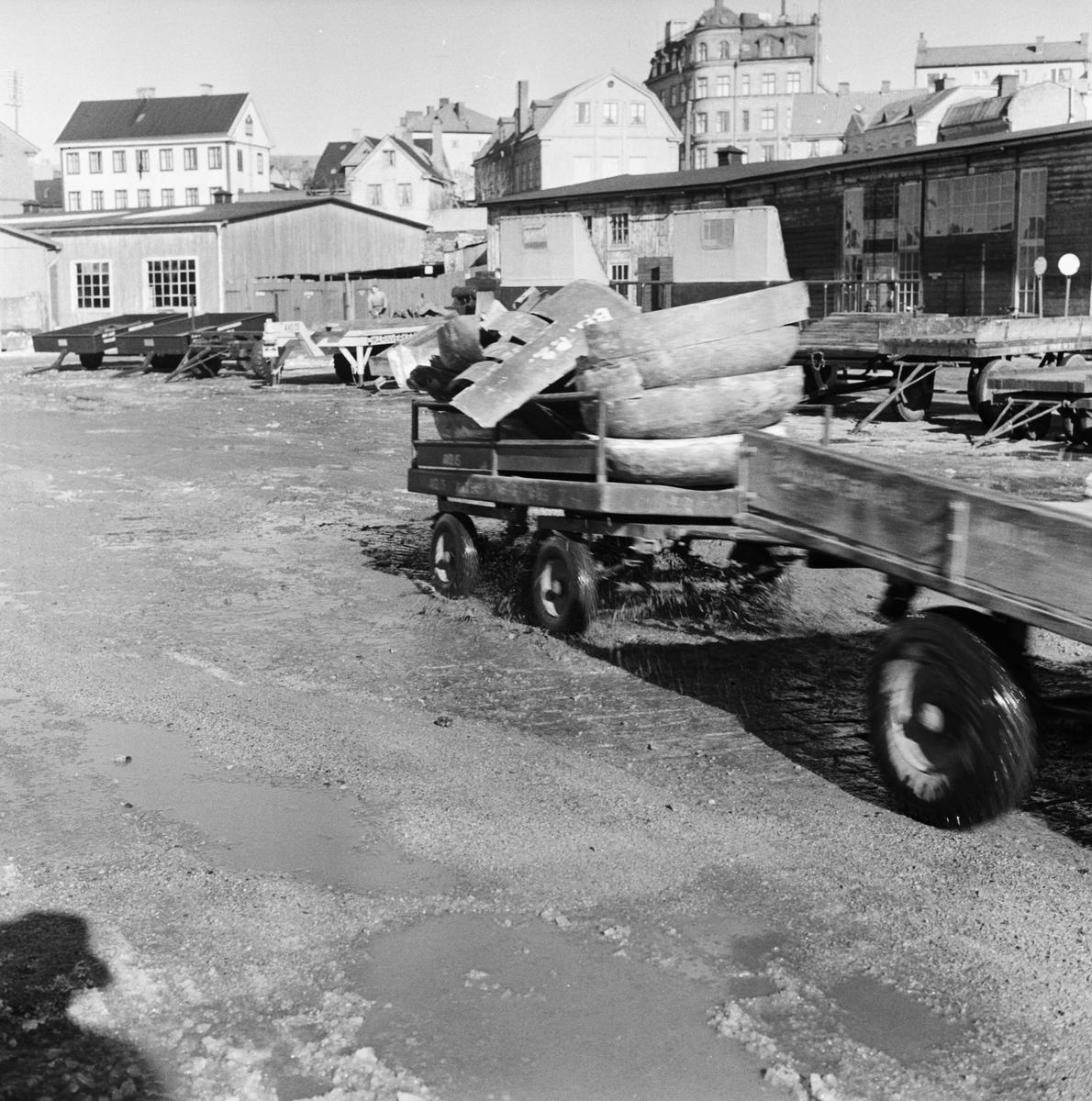 Övrigt: Foto datum: 3/3 1956 Byggnader och kranar Gaffeltruck i arbete